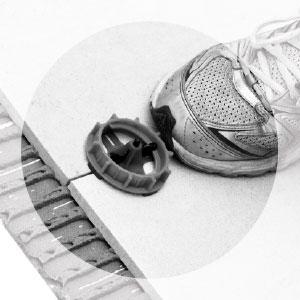 Nivellier-System für Großformate - Schraubkappe abtreten, damit Fixierlasche an der Sollbruchstelle bricht
